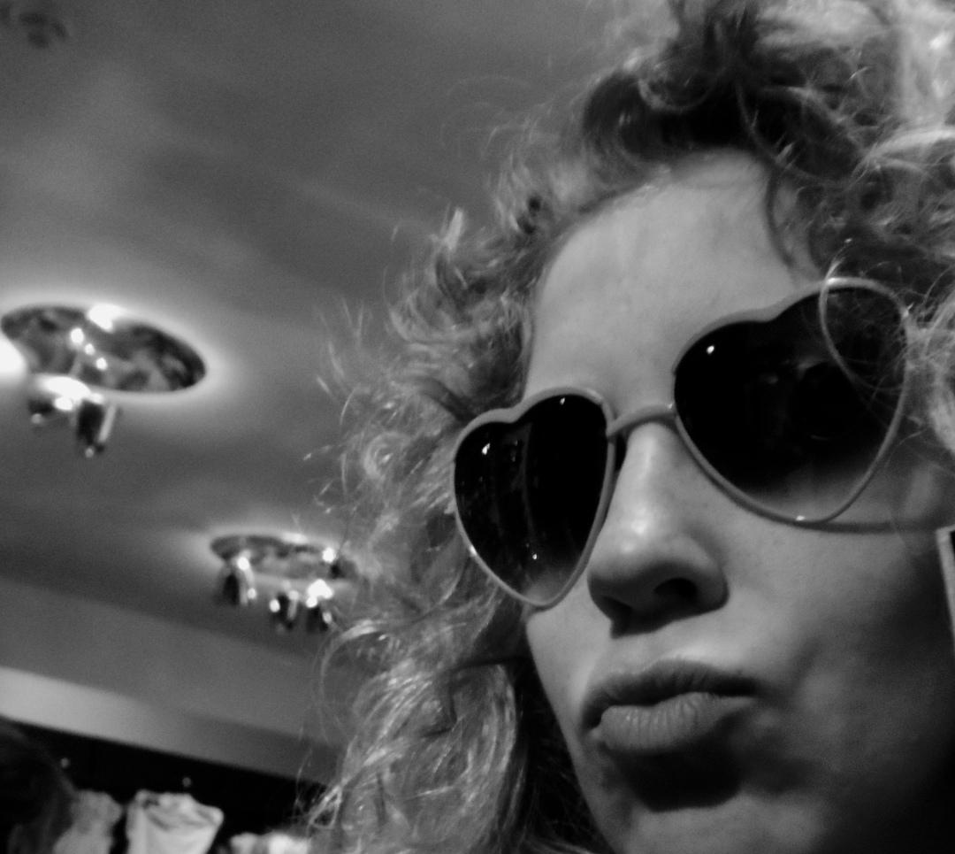 Schwarz-Weiß-Bild einer blondgelockten Frau